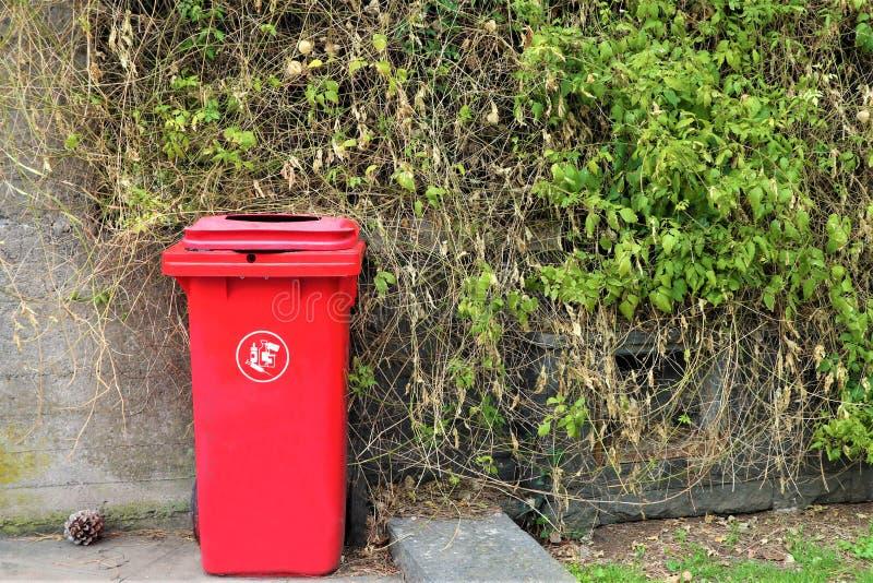 Красный ящик для медицинского отхода стоковые изображения rf