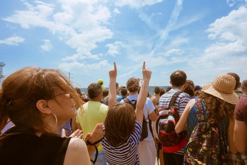 Красный Bull Flugtag 2016 в Варне Зрители наслаждаются выставкой стоковые фото