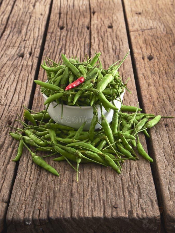 Красный chili и зеленый перец в белом шаре стоковая фотография rf