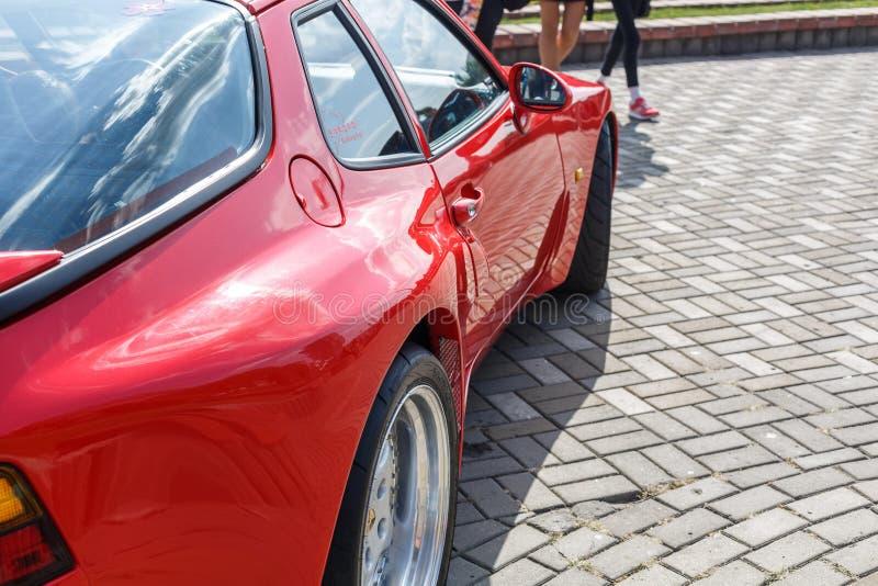 Красный coupe Порше 944 автомобиля спорт на шоу автомобиля city's ретро стоковые фотографии rf