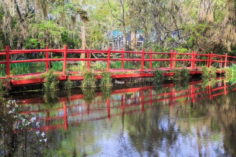 Красный Footbridge над прудом Чарлстоном Южной Каролиной стоковые изображения rf