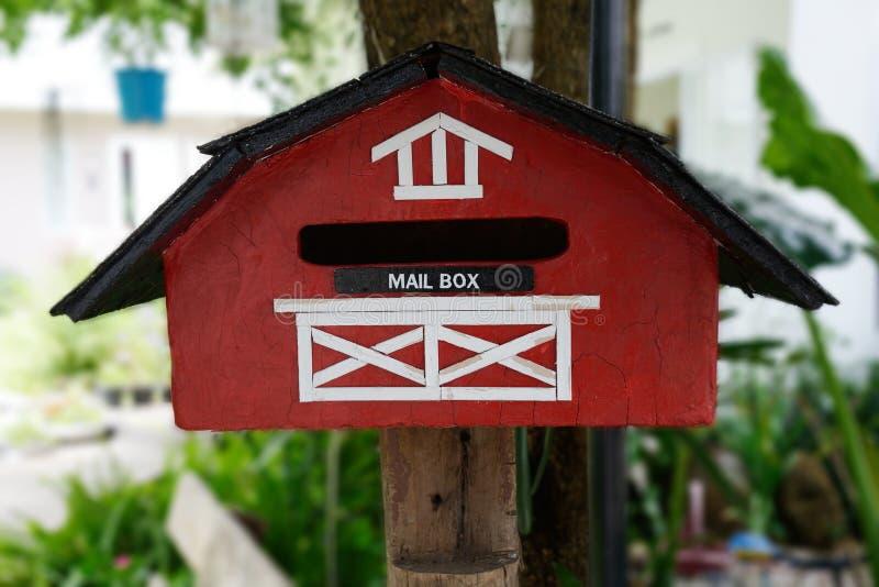 Красный handmade почтовый ящик стоковые фотографии rf