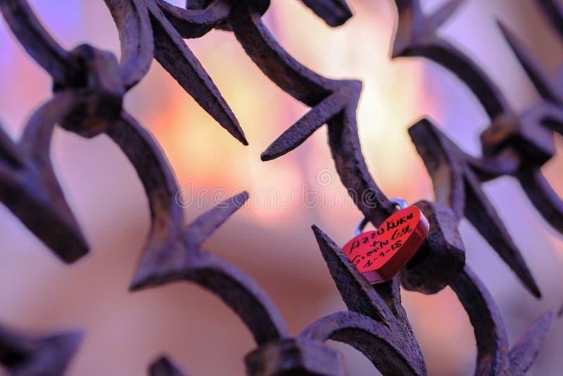 Красный padlock свадьбы на декоративном гриле стоковые изображения