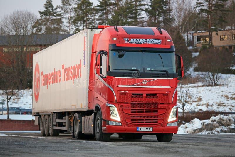 Красный Volvo FH Semi на стоянке для грузовиков стоковые изображения