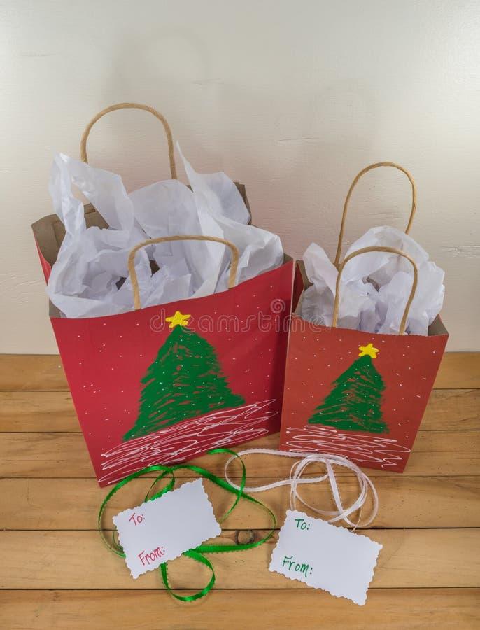 2 красных бумажных сумки подарка украшенной для рождества стоковая фотография rf