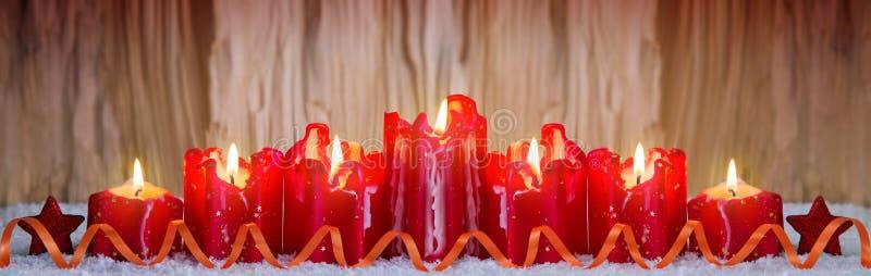 7 красных горящих свечей для пришествия стоковое фото