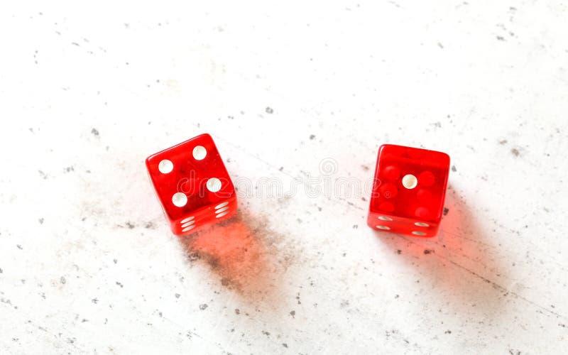 2 красных гречихи dices 4 и 1 показа 5 - лихорадка 5 -, наверху снятый на белой доске стоковые фотографии rf