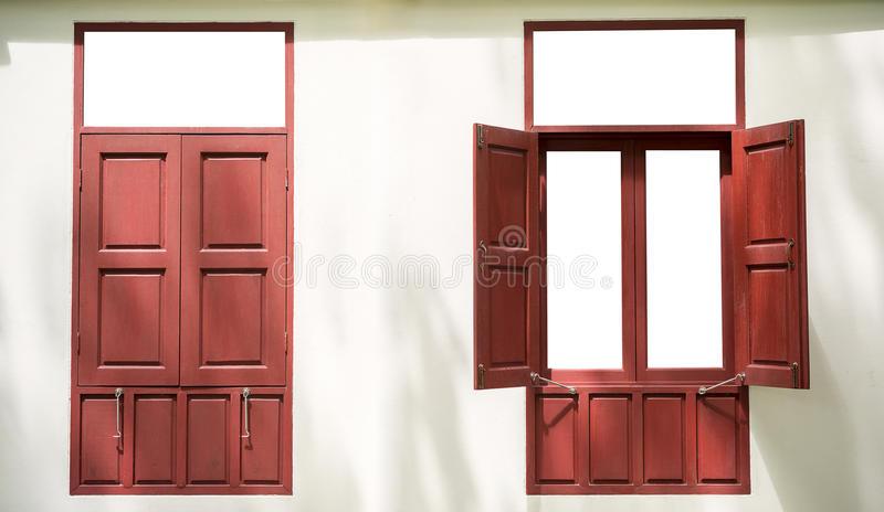 2 красных деревянных двойных окна один открытый один конец на белом backg стены стоковая фотография rf