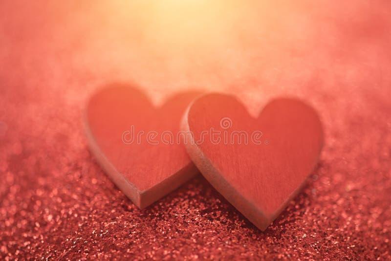 2 красных сердца на предпосылке яркого блеска стоковое фото rf