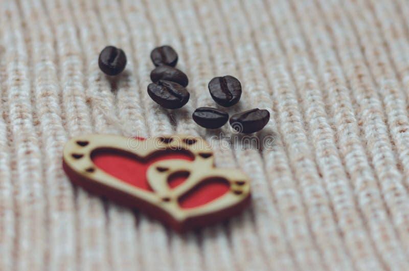 2 красных сердца сделанного из древесины на шерстяной предпосылке knit стоковое изображение rf