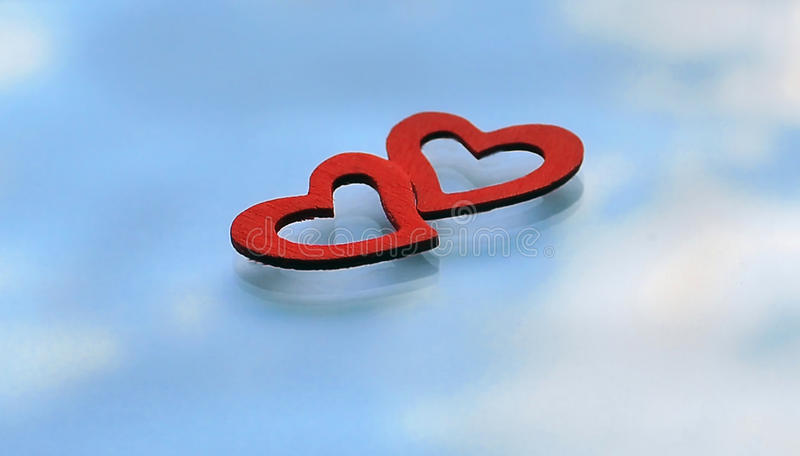 2 красных сердца на предпосылке отражения неба стоковые изображения rf