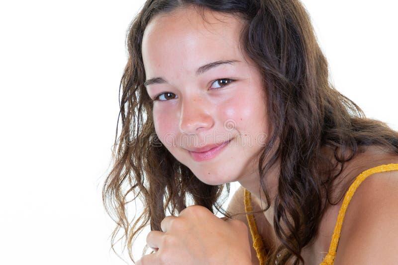 Красота брюнета маленькой девочки портрета усмехаясь предназначенная для подростков стоковая фотография