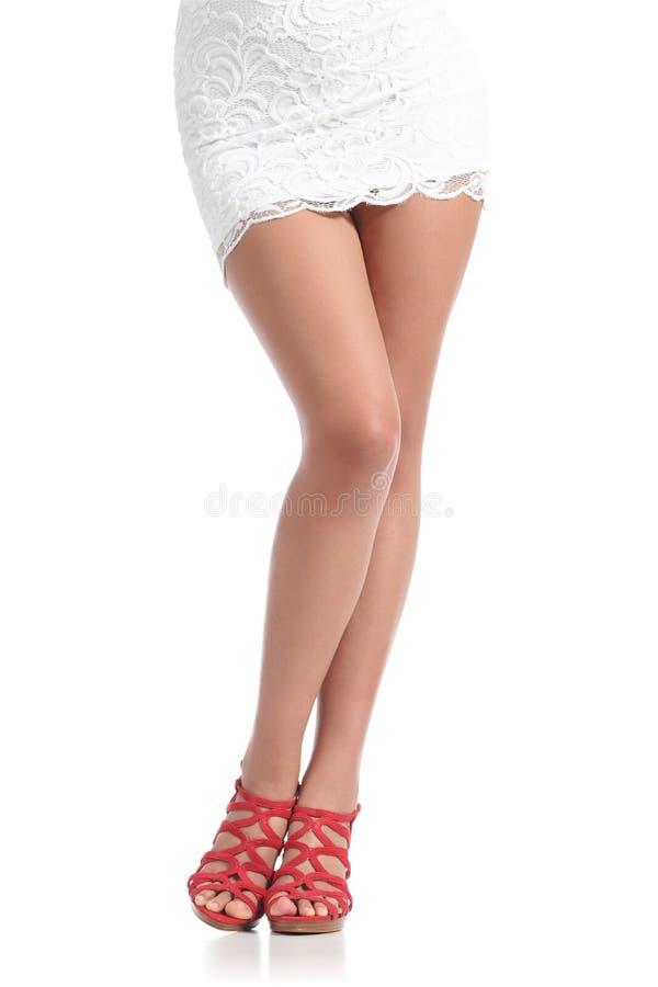 Красота вощия ноги женщины моды стоя нося красные пятки стоковая фотография rf