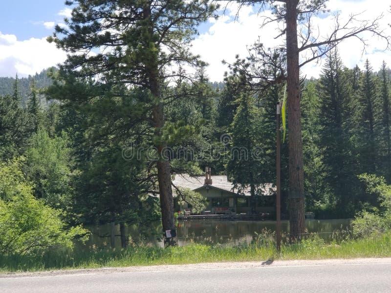 Красота дома озера на пруде стоковое фото rf