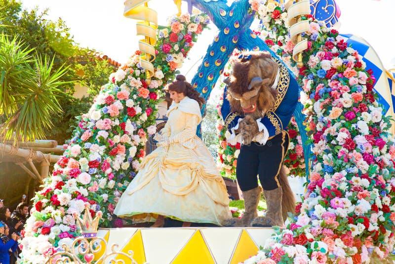 Красота и зверь участвуя в DisneyWorld проходят парадом стоковые изображения