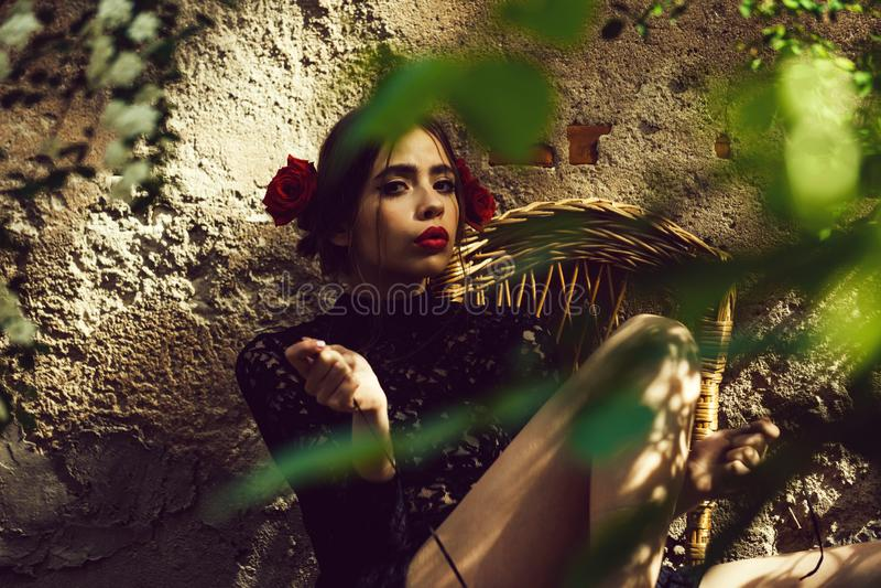 Красота и мода, девушка с модным макияжем связывая шнурки ботинка стоковое фото