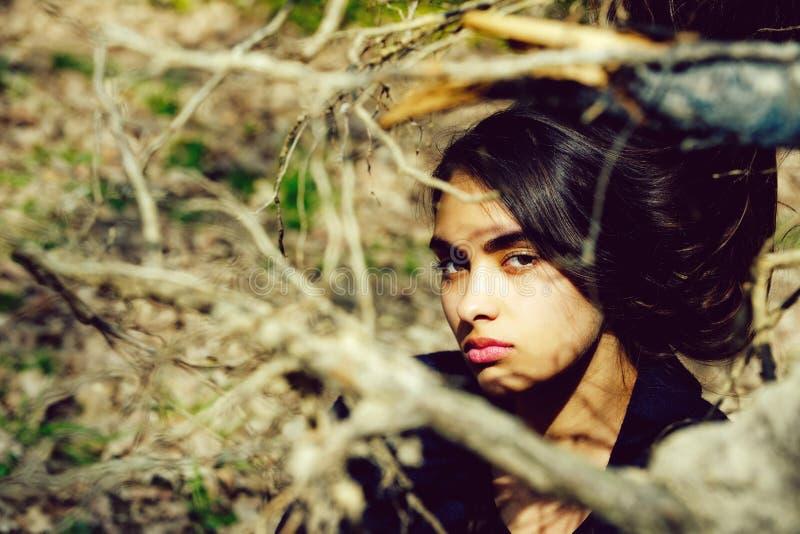 Красота и природа, весна и лето, девушка стоковые изображения rf