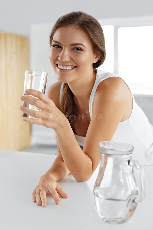 Красота, концепция диеты Счастливая усмехаясь питьевая вода женщины здоровье стоковые изображения rf