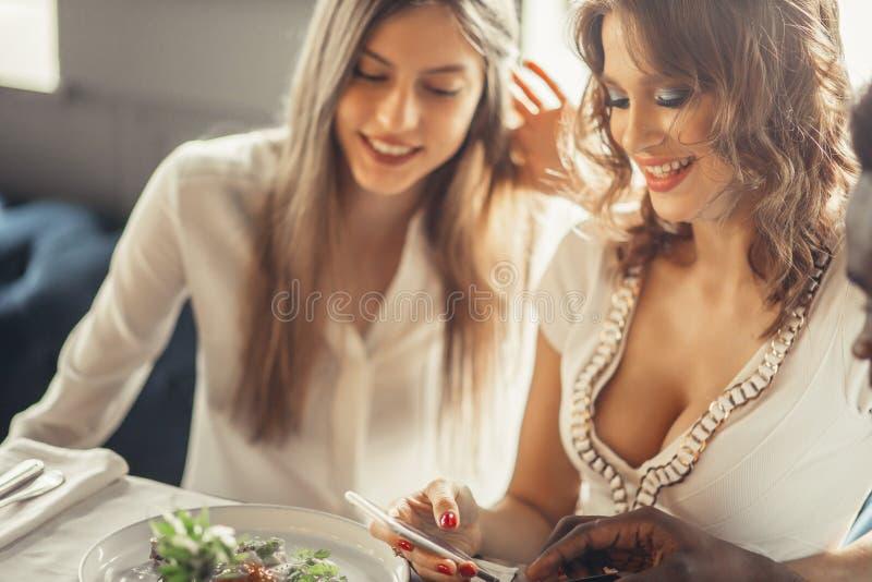 Красота обеда и женщины Enjoyng стоковая фотография rf