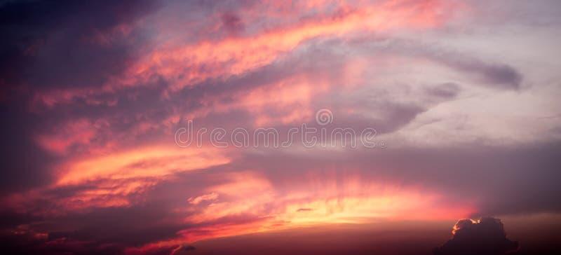 Красота панорамы и цвет неба на заходе солнца стоковое фото