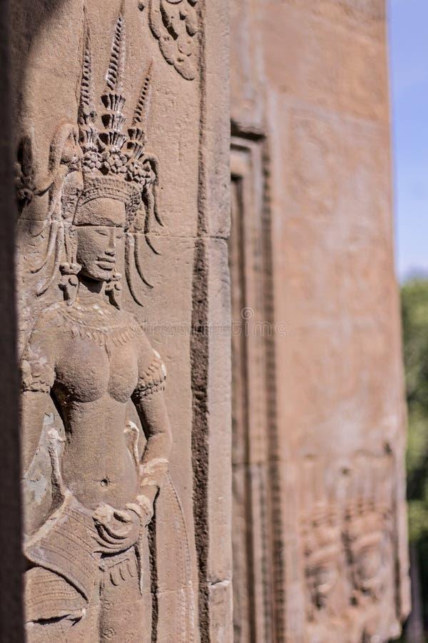 Красота танцуя Apsaras высекать старого песка искусства кхмера каменный состояния Apsara на стене на всемирном наследии, Siem Rea стоковое фото