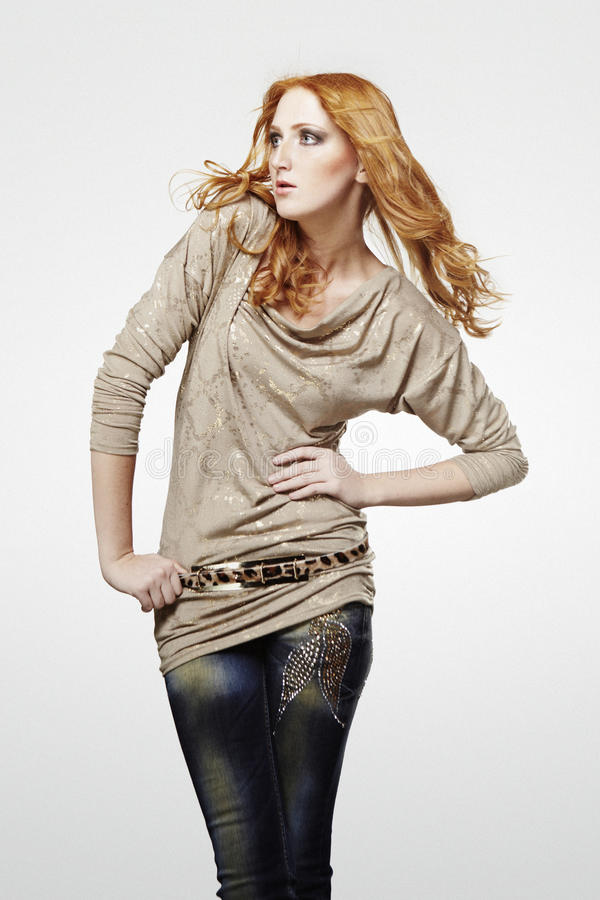 Красота Redhead представляя в студии для фото моды стоковое фото rf