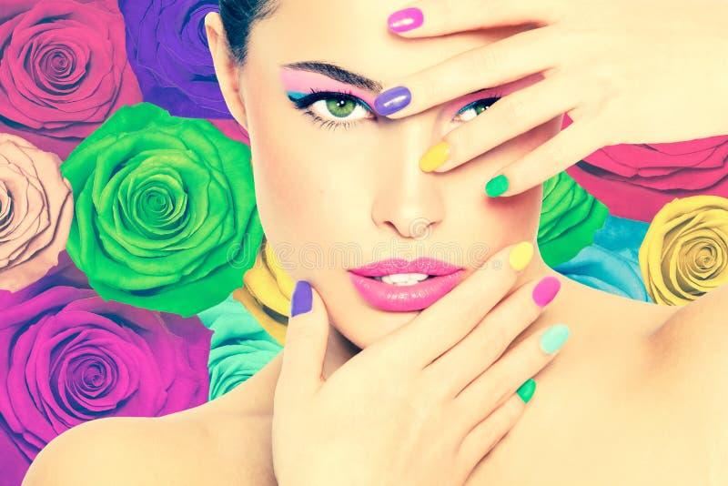 Красотка в цветах стоковая фотография rf