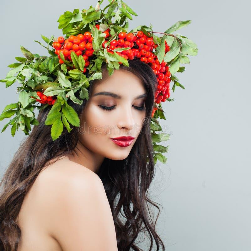 красотка естественная Милая молодая женщина с длинным волнистым стилем причёсок стоковые фотографии rf