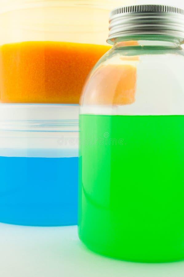 красотка разливает здоровье по бутылкам стоковая фотография