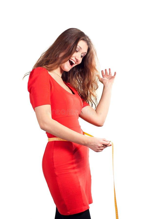 красотка счастливая ее измеряя шкафут стоковые фотографии rf