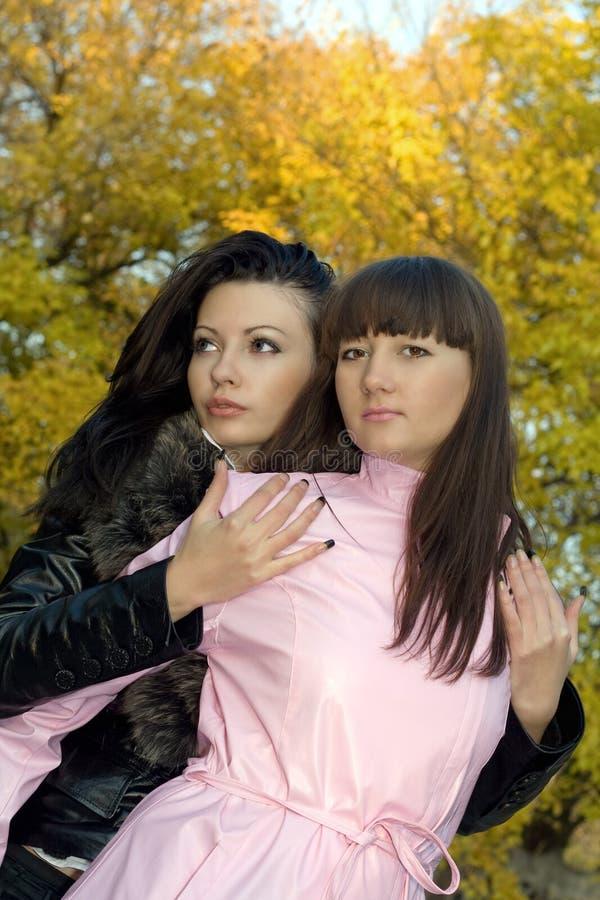 красотка outdoors 2 женщины молодой стоковое фото