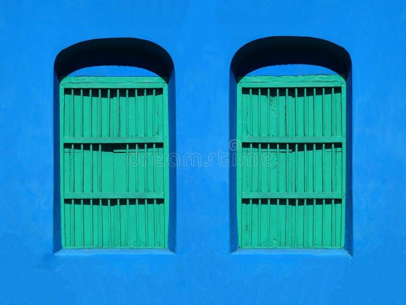 КРАСОЧНАЯ АРХИТЕКТУРА WINDOWS & ДВЕРИ - FLORES, ГВАТЕМАЛА стоковая фотография