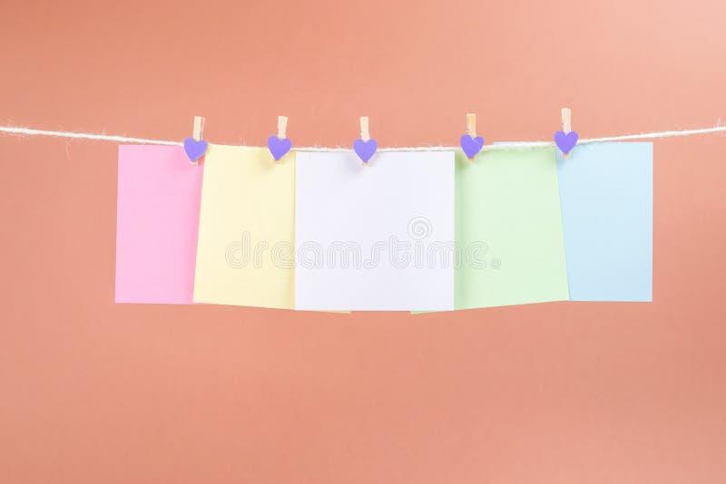 Красочная веревочка смертной казни через повешение бумажных карт изолированная на коричневой предпосылке стоковая фотография rf