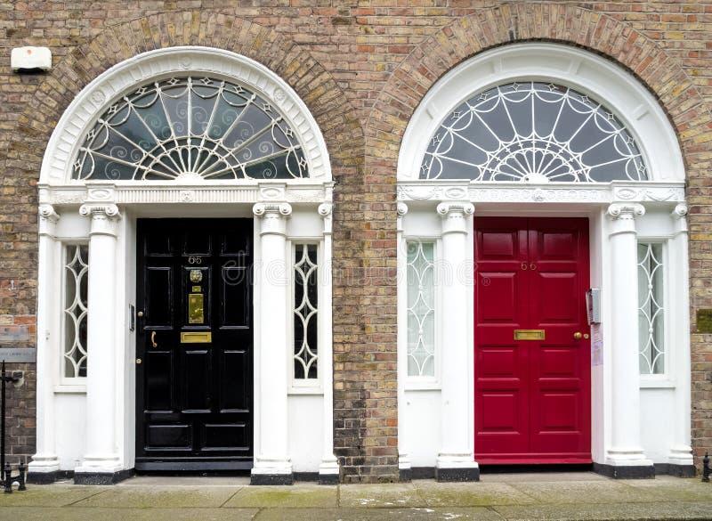 Красочная грузинская дверь в городе Дублина, квадрате Merrion, Ирландии стоковые изображения