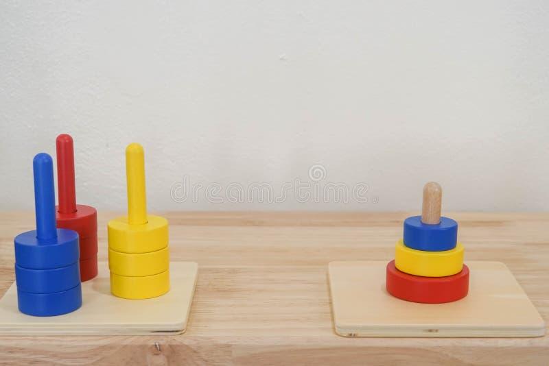 Красочная деревянная игрушка для образования ребенк в математиках в школе детского сада стоковая фотография rf