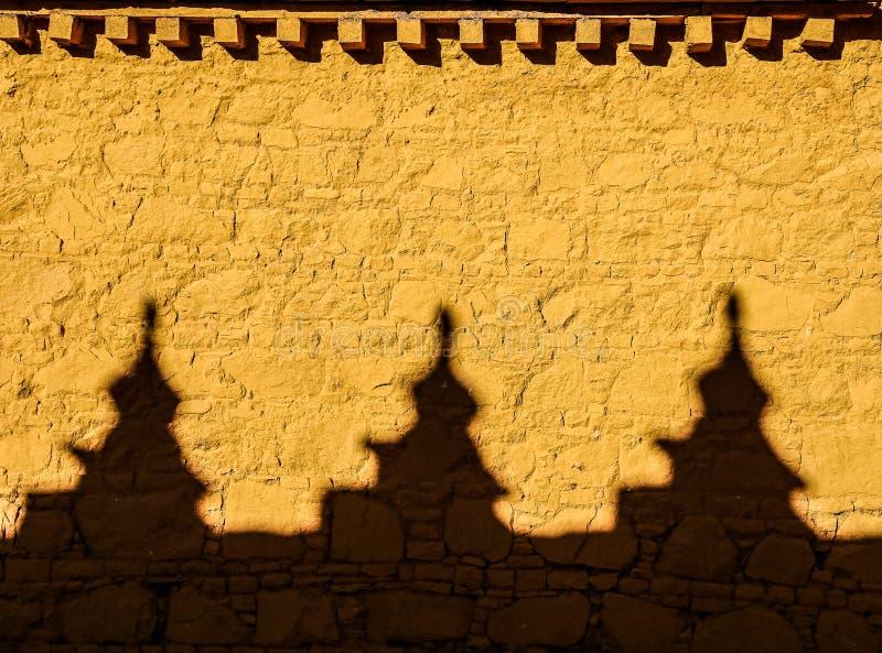 Красочная желтая стена с тенями на монастыре samye, Тибете стоковое фото rf