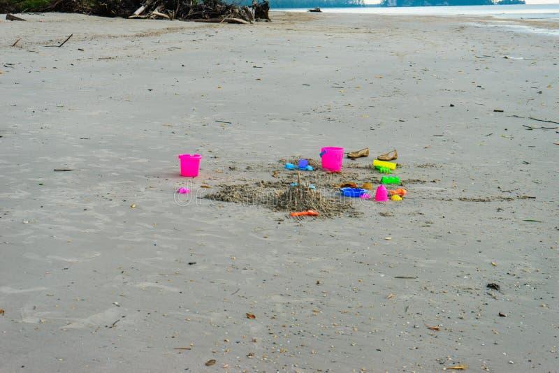 Красочная игрушка на песке стоковая фотография rf