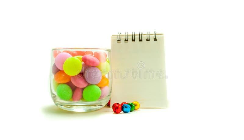 Красочная конфета в стекле на белой предпосылке стоковые изображения rf