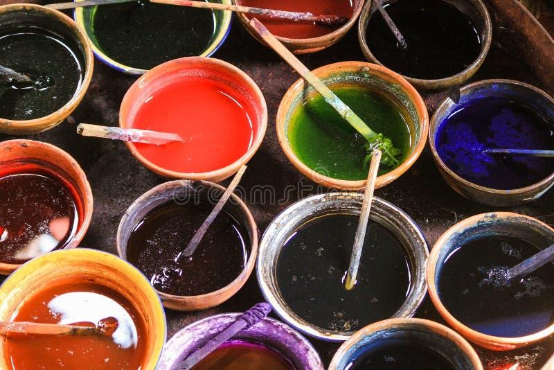 Красочная краска для ткани сплетенной шелком стоковое фото rf