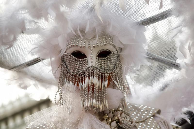 Красочная маска бело-серебра масленицы на традиционном фестивале в Венеции, Италии стоковые изображения rf