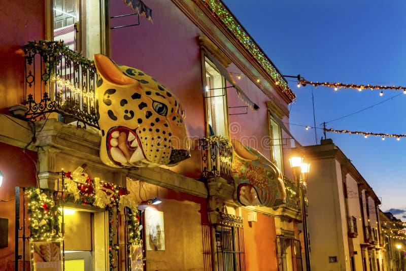 Красочная мексиканская красная желтая улица Оахака выравнивая Juarez Мексику стоковые фотографии rf