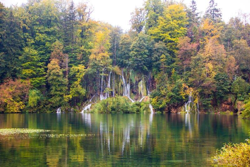 Красочная осень в озерах Plitvice национального парка Красивый вид на водопадах в национальном парке Plitvice, Хорватии стоковая фотография