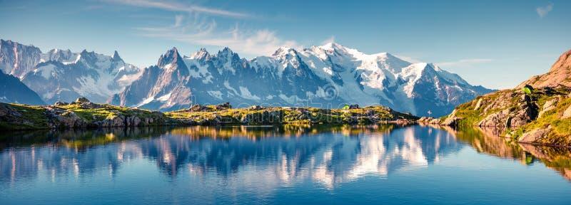 Красочная панорама лета озера Blanc Lac с Монбланом стоковое фото rf