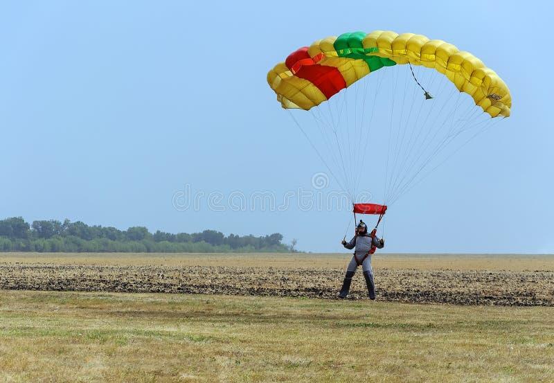 Красочная посадка парашюта как шторм приходит стоковое фото