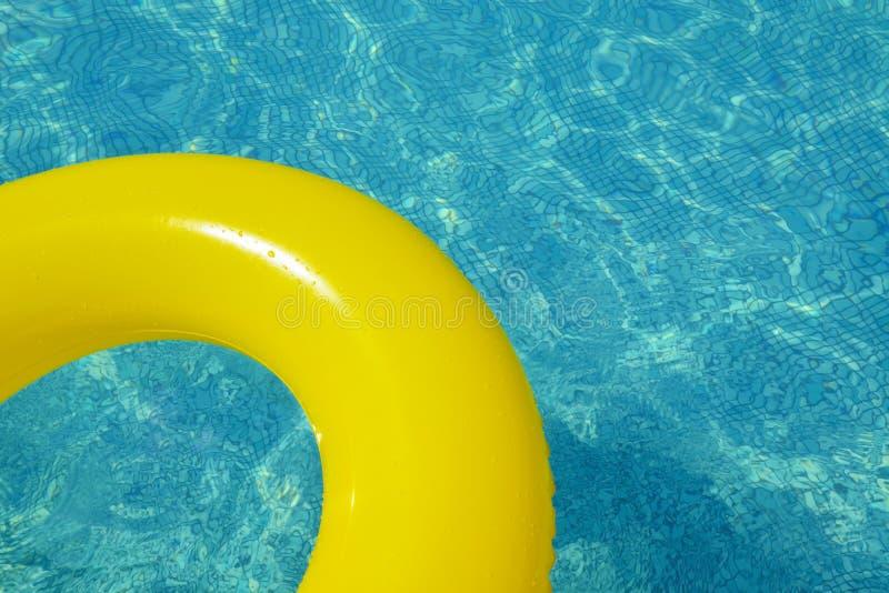 Красочная раздувная трубка плавая в бассейн стоковое изображение