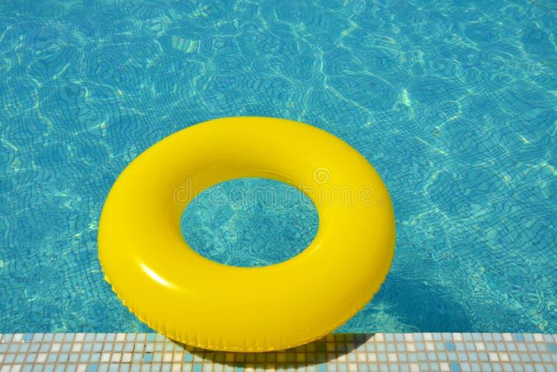 Красочная раздувная трубка плавая в бассейн стоковая фотография