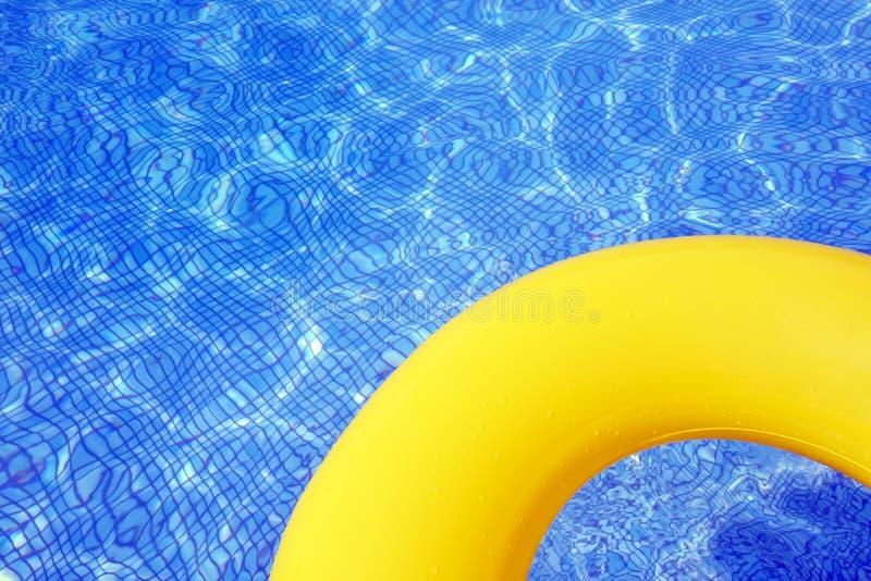 Красочная раздувная трубка плавая в бассейн стоковые изображения