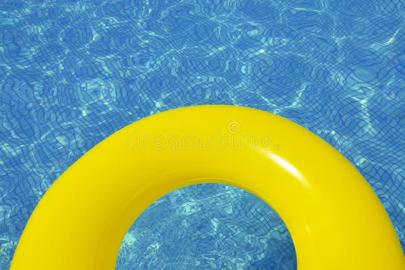 Красочная раздувная трубка плавая в бассейн стоковое фото rf