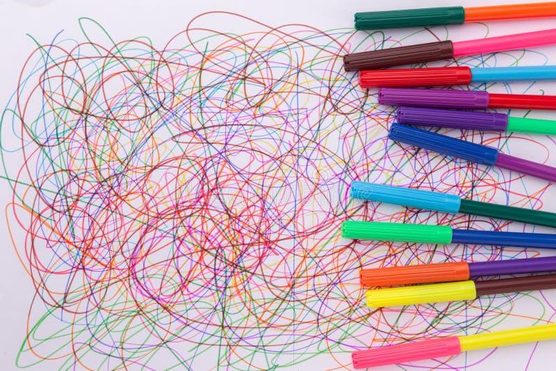 Красочная ручка чувствуемой подсказки и абстрактный scribble на белой бумаге стоковое изображение