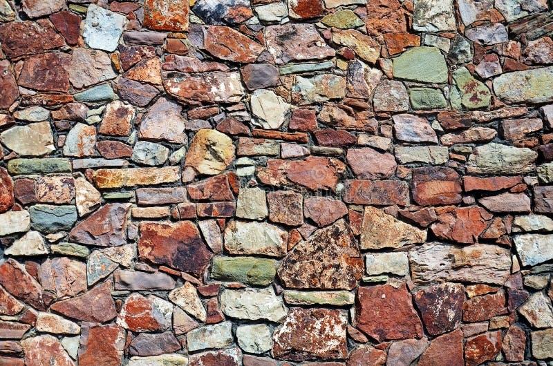 Красочная скачками каменная стена стоковые фотографии rf